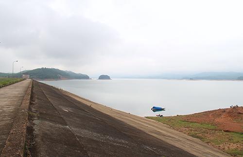 Phần thân đập chính của hồ Kẻ Gỗ. Ảnh: Đức Hùng