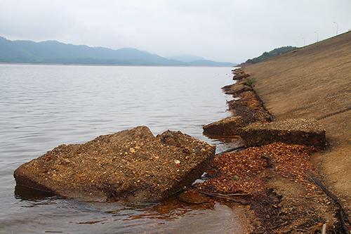 Một số đoạn dưới chân đập hồ Kẻ gỗ bị sụt lún, trượt sạt. Ảnh: Đức Hùng