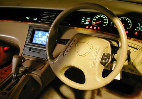 Màn hình cảm ứng ở bảng điều khiển trung tâm của Mazda Cosmo, hay Eunos Cosmo, hiển thị dữ liệu định vị vệ tinh.