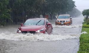 Mưa lớn bất thường khiến thành phố Vinh ngập sâu