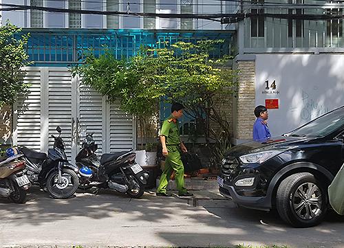 Trưa 8/12, cảnh sát thực hiện lệnh khám xét nhà ông Tài tại quận 4, TP HCM. Ảnh: Quốc Thắng.