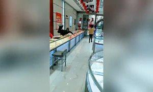 Nhân viên bán trang sức Trung Quốc lao qua quầy vì tưởng khách là cướp