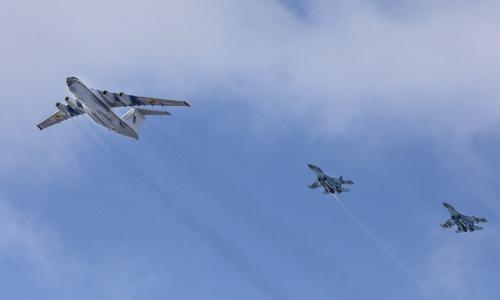 Vận tải cơ Il-76MD (trái) được hai tiêm kích Su-27 hộ tống. Ảnh: Defence Blog.
