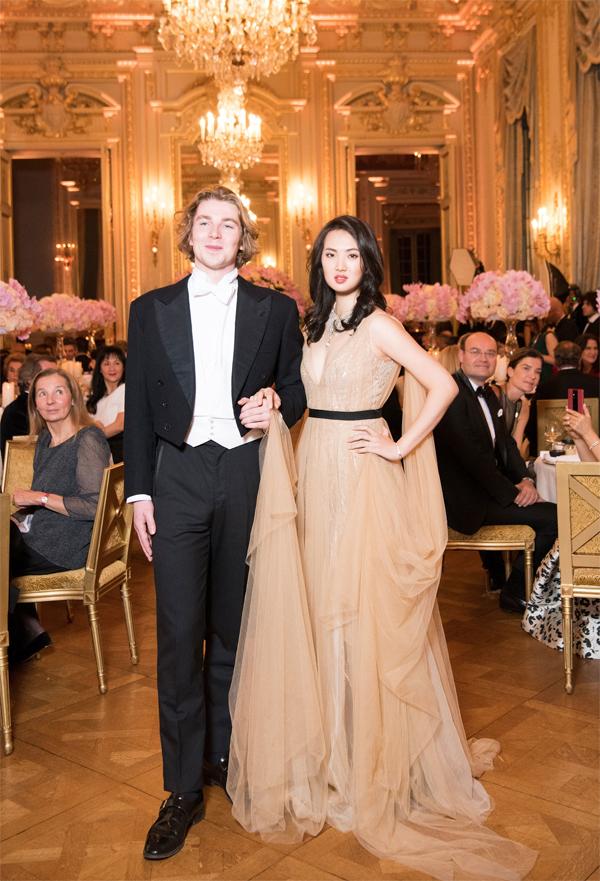 Annabel Yao và bạn nhảy trong dạ vũ Le Bal des Debutantes ngày 24/11. Ảnh: Yunling Fang.