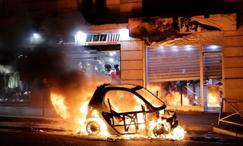 Ôtô bị đốt cháy gần tòa thị chính Paris ngày 8/12. Ảnh: AFP.