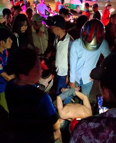 Hai tên giật điện thoạibị nữ sinh và người dân bắt hôm 7/12.Ảnh: Do Linh.
