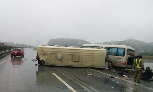 Hai xe khách đâm nhau trên cao tốc Hà Nội - Lào Cai