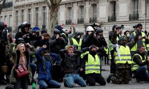 Người biểu tình Paris quỳ gối trước cảnh sát
