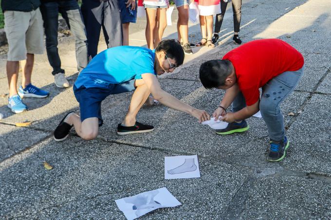 Người nước ngoài dạy tiếng Anh trong công viên ở Sài Gòn