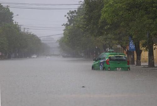 Đường phố Tam Kỳ biến thành sông. Ảnh: Đắc Thành