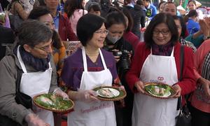 12 đại sứ cùng phu nhân thi tài gói phở cuốn ở Hà Nội