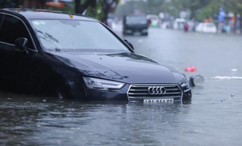 Mưa lớn khiến nhiều tuyến đường trung tâm Đà Nẵng bị ngập sâu, ô tô chết máy dập dềnh trong nước. Ảnh: Nguyễn Đông.