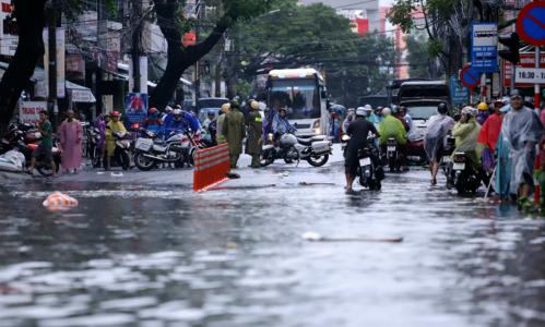 Cảnh sát giao thông Đà Nẵng phải vất vả phân luồng tại nhiều tuyến đường bị ngập sâu để đảm bảo an toàn. Ảnh: Nguyễn Đông.
