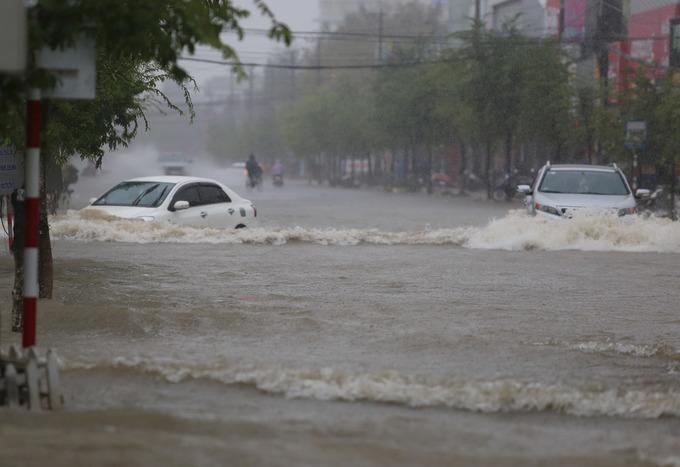 Đường phố Tam Kỳ chìm trong biển nước
