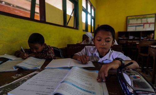Mukhlis trong lớp học. Ảnh: Carters News