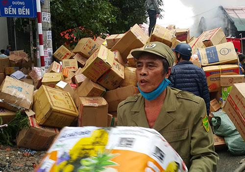 Người dân khẩn trương di dời tài sản. Ảnh:Nguyễn Hải