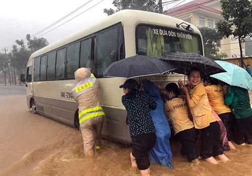 Cảnh sát giao thông Đà Nẵng cùng người dân đẩy xe bị ngập nước sáng 9/12.