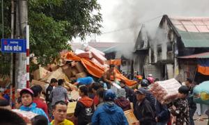 Nhà kho 2.000 m2 ở Nghệ An bốc cháy
