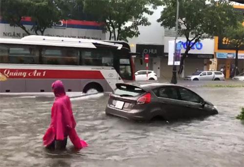 Mưa ngập ở Đà Nẵng sáng nay.