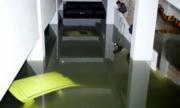 10 ôtô hạng sang chìm trong hầm chung cư ngập nước