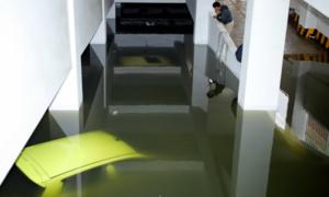 Hơn 10 ôtô hạng sang chìm trong hầm chung cư ngập nước