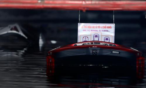 Nhiều xe bị bật cốp, nổi phần đuôi sau lên khỏi mặt nước. Ảnh: Nguyễn Đông.