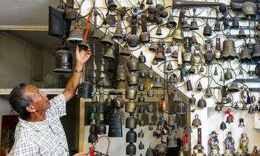 Người đàn ông sưu tập hàng trăm chuông độc lạ ở Sài Gòn