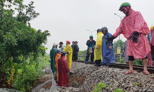 Đường sắt qua Đà Nẵng sạt lở sau mưa lớn