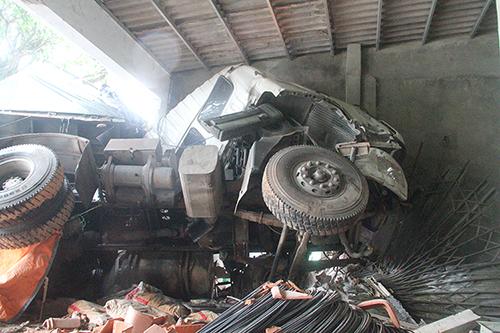 Đầu xe tải biến dạng, hư hỏng nặng. Ảnh: Đức Hùng
