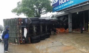 Xe tải đâm sập cửa hàng vật liệu xây dựng