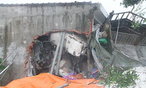 Hai người mắc kẹt trong cabin xe tải sau tai nạn