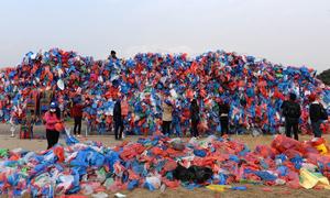 Nepal ghép 100.000 túi nilon thành tấm bản đồ khổng lồ