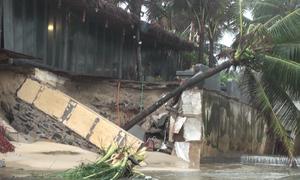 Cửa xả và các nhà hàng ven biển Đà Nẵng bị sạt lở