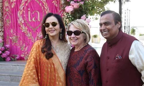Vợ chồng tỷ phú Ambani đón bà Hillary Clinton hôm 9/12 tại Udaipur. Ảnh: India Today