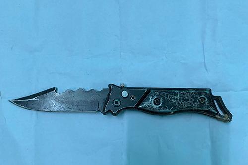Con dao bấm ông Sỹ dùng đâm chết người. Ảnh: Công an Bố Trạch