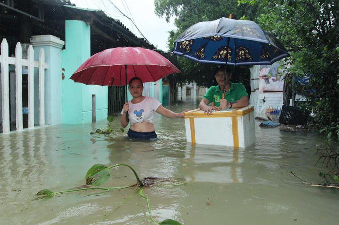 Nhà dân ở thành phố Tam Kỳ ngập gần một mét