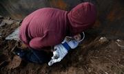 Bé 8 tháng tuổi được đưa qua lỗ đào dưới tường biên giới để vào Mỹ