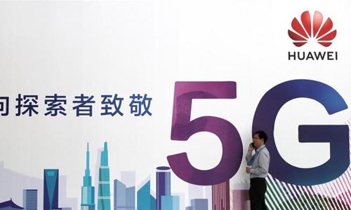Một biển quảng cáo mạng di động 5G của Huawei. Ảnh: Reuters.