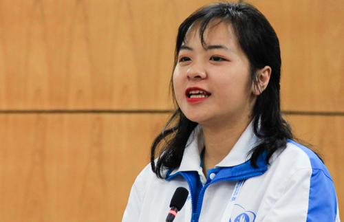 Minh Châu, sinh viên Đại học Dược Hà Nội chia sẻ tại buổi thảo luận. Ảnh: Dương Tâm