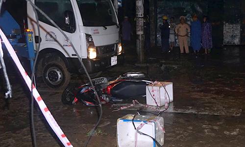 Người đi xe máy tử vong do vướng dây điện rơi ngang đường