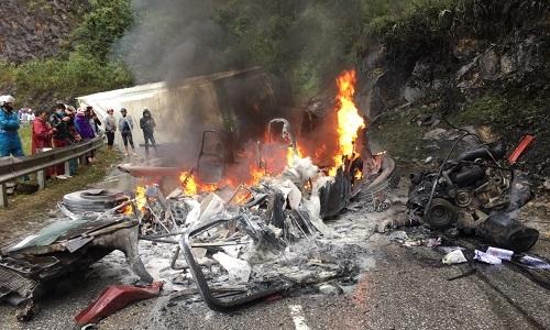 Đâm vào vách núi, đầu xe container bốc cháy