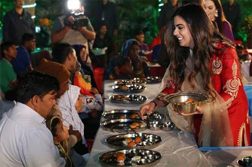 Cô dâu Isha phục vụ thức ăn cho mọi người tại một buổi lễ tiền đám cưới hồi cuối tuần. Ảnh: Business Today