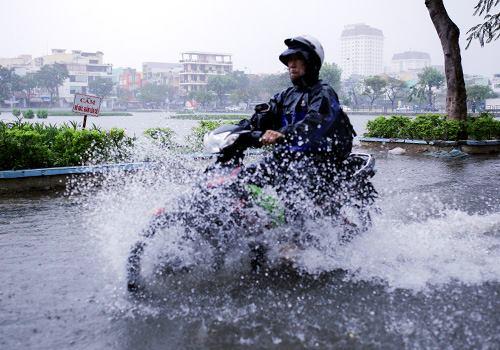 Chiều 10/12, mưa lớn đã khiến nhiều tuyến đường ở Đà Nẵng ngập trở lại. Ảnh: Nguyễn Đông.