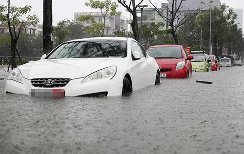 Ngày 9/12, nhiều tuyến phố Đà Nẵng bị ngập sâu. Ảnh: Nguyễn Đông
