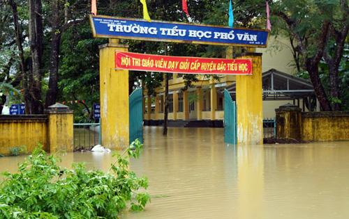 Trường Tiểu học Phổ Văn, huyện Đức Phổ bị ngập nặng. Ảnh: Phạm Linh.