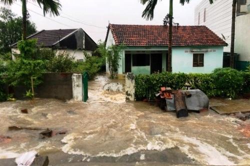 Nhiều nhà dân ở Bình Định bị ngập trong lũ. Ảnh: Thạch Thảo.