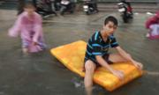 Trẻ con, người lớn bơi thuyền trên phố Đà Nẵng