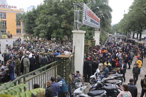 Gần 200 người tập trung ở trụ sở VFF đường Lê Quang Đạo, Hà Nội sáng 10/12. Ảnh: Tất Định