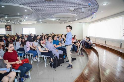 Nguyễn Đức Hiền tại một buổi chia sẻ cho sinh viên ở trường đại học.