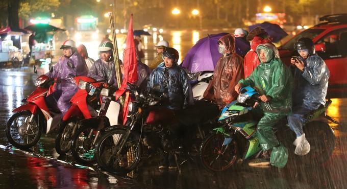 Người hâm mộ Hà Nội đội mưa xem trận Việt Nam - Malaysia
